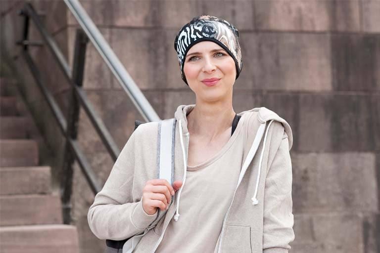 Sports chemo hat Infinity Brown Sandy Step Sporty woman wearing a brown sandy zebra patterned headwear