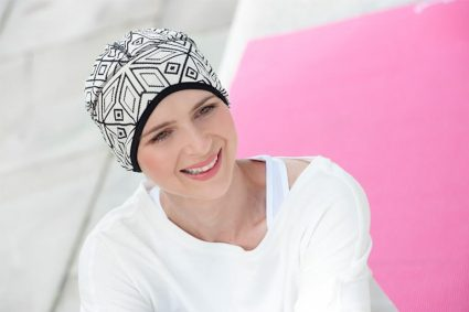 Sporty woman wearing a black and white geometric headwear