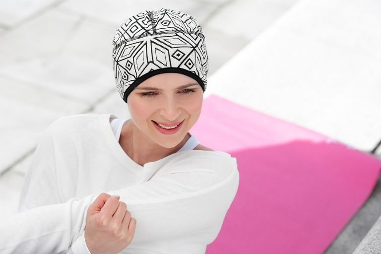 Active chemo hat Infinity Geometric White Sporty woman wearing a black and white geometric headwear