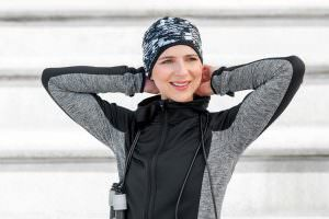 Sporty woman wearing a black and white abstract headwear